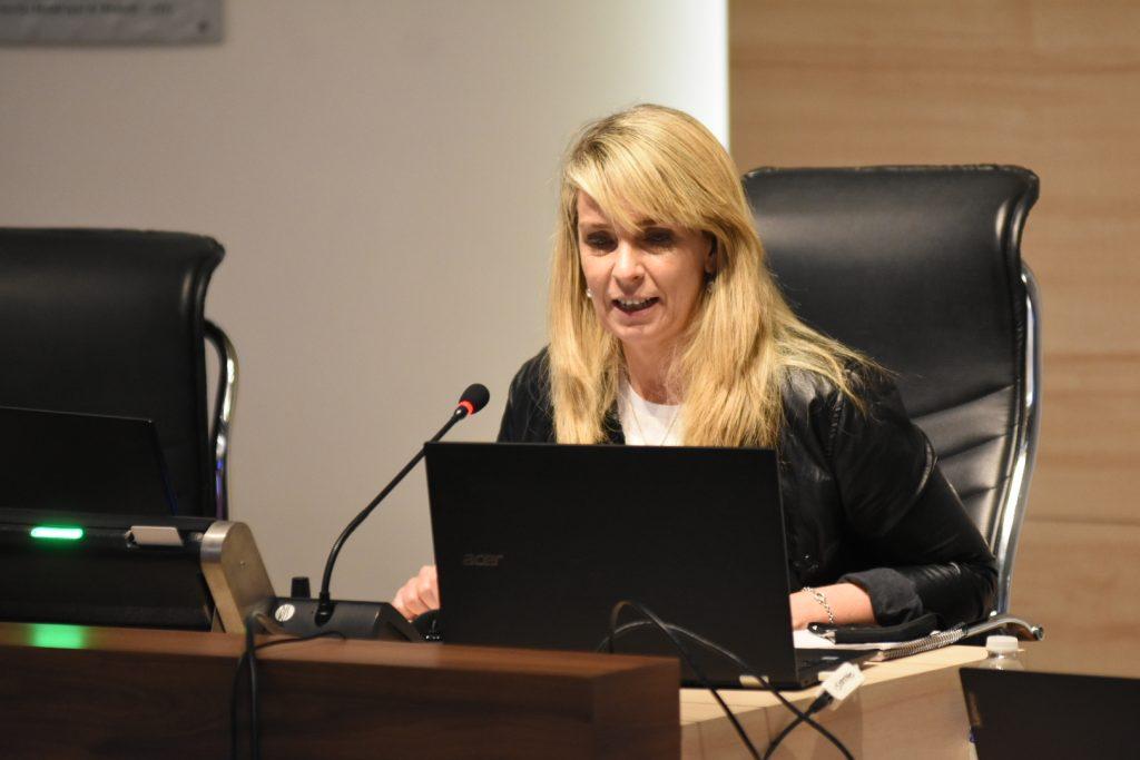 María Eugenia Shmuck preside la sesión del 15 de octubre desde el recinto de sesiones