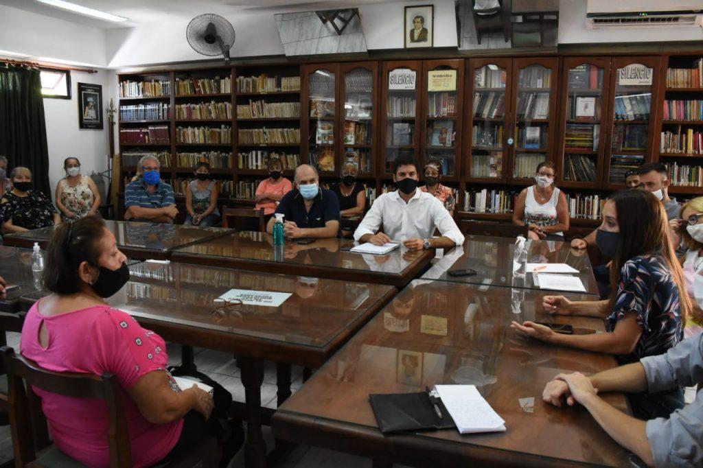 Vecinos, vecinalistas y representantes de organismos del consumidor reunidos en la vecinal Empalme Graneros